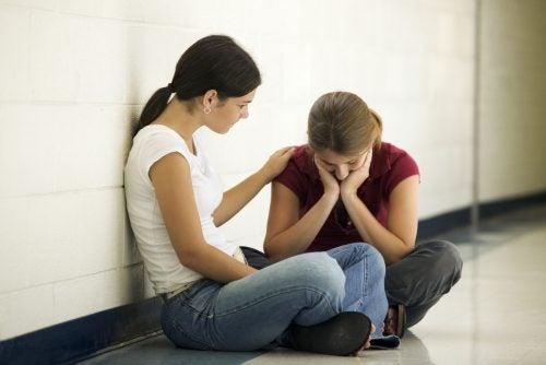 Menina se fazendo de vítima com sua amiga
