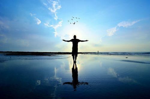 Pessoa livre da dor emociuonal desfrutando do mar