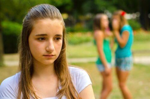 Menina sendo assediada pelo bullying das amigas