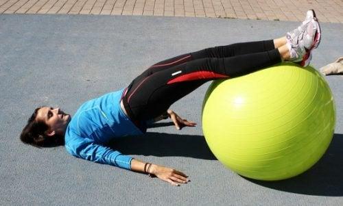 Mulher praticando exercícios para os glúteos