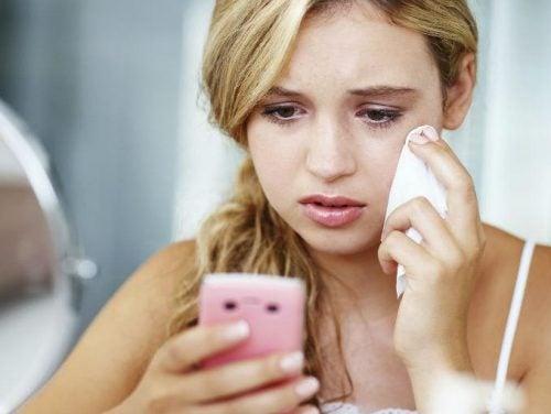 moça se fazendo de vítima pelo telefone