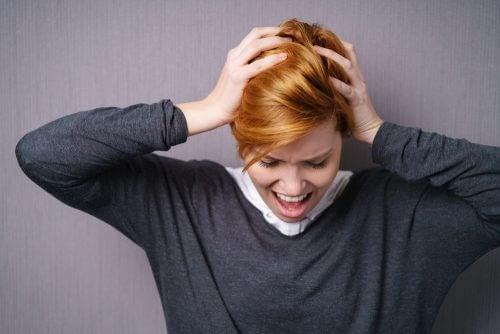 Mulher atormentada pela dor emocional