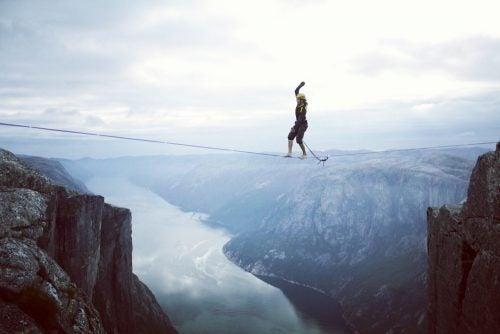 Pessoa desafiando a vida