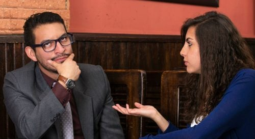 Mulher conversando com homem que está se fazendo de vítima