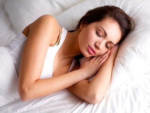Mulher dorminado bem para evitar surtos de raiva