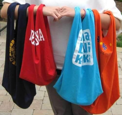 Bolsas feitas com camiseta reciclada