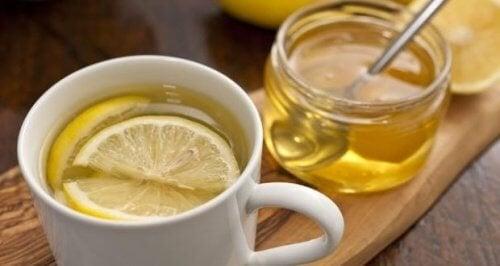 Limão e mel alivia a coceira de garganta