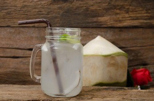 Água de coco para cuidar da pele durante a menopausa