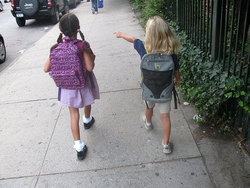 Crianças indo à escola sendo alvos de abusador de crianças