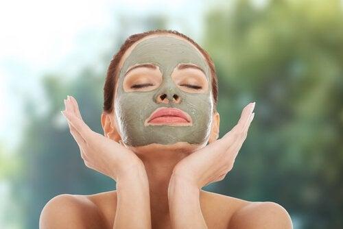 Máscara de argila verde para hidratar a pele seca