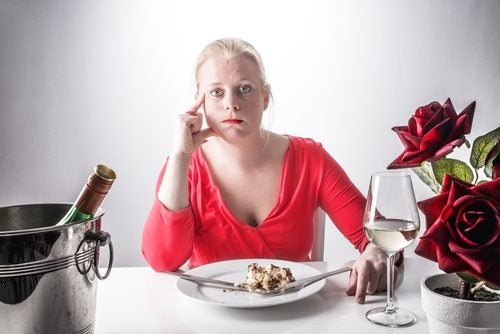 Mulher comendo para canalizar as emoções