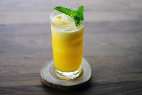 Suco de abacaxi e maçã contra a cistite
