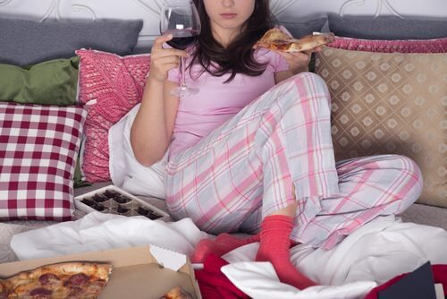 Mulher canalizando emoções na pizza e no vinho