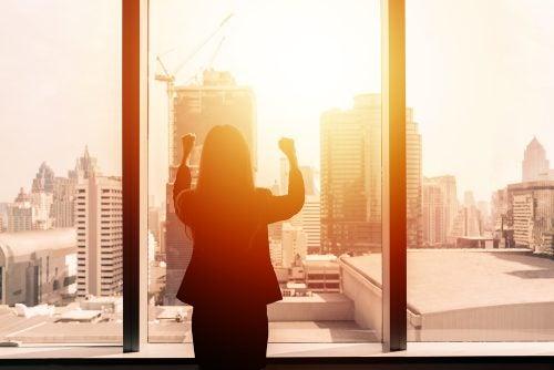 Mulher sozinha olhando o pôr do sol