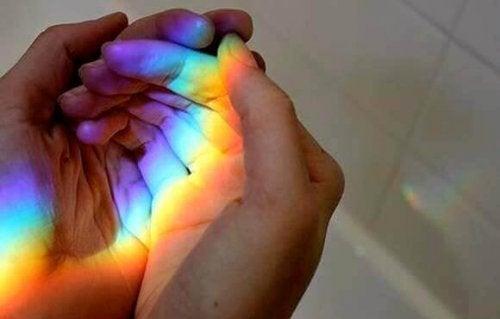 Mãos de pessoa segurando arco iris