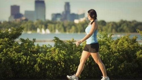 Mulher caminhando para acalmar a dor no pescoço