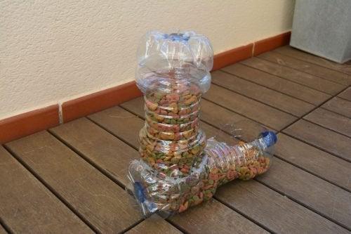 Comedouro para animais feito de garrafas plásticas