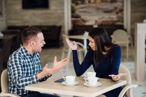 Pessoas ciumentas discutindo