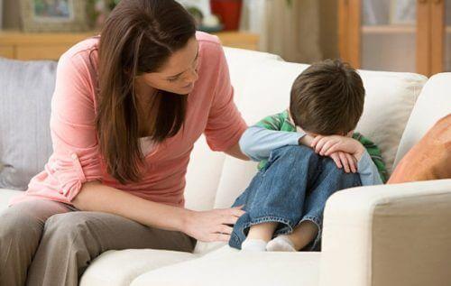 Mãe consolando criança