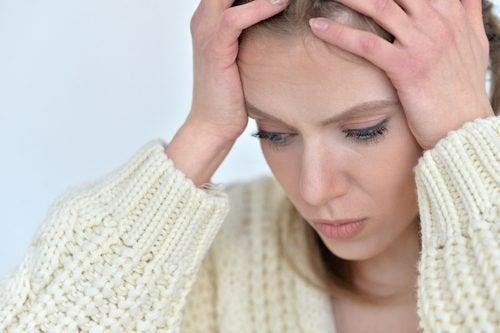 Moça com dor de cabeça