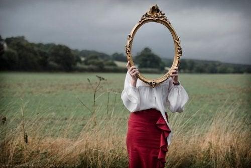 Pessoa sozinha segurando espelho