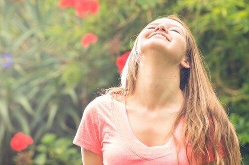 Mulher fazendo exercício contra dor no pescoço