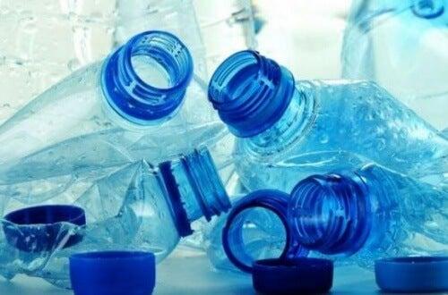 Não deve reutilizar as garrafas de plástico