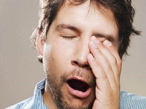 Homem com sono bocejando