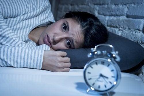 Mulher com insônia provocada por nível baixo de serotonina