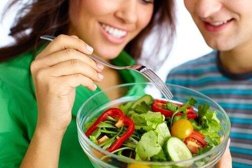 Manter uma alimentação saudável é um dos hábitos para melhorar a vida sexual