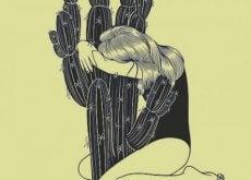 Mulher cansada abraçando cacto