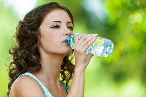Se quiser beber água limpa não deve reutilizar as garrafas de plástico
