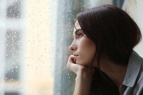 Mulher com depressão provocada por nível baixo de serotonina