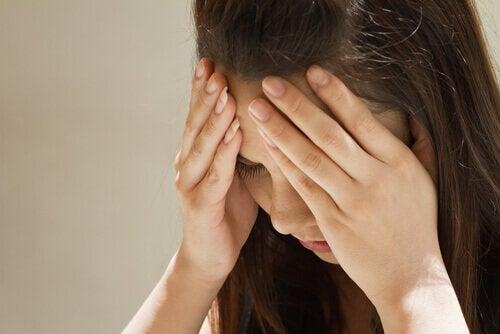 Mulher com enxaqueca provocado por nível baixo de serotonina
