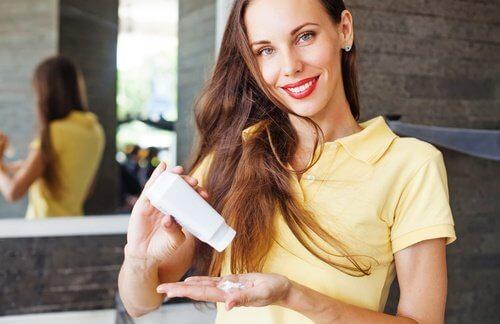 Utilizar xampus secos ajuda para evitar lavar o cabelo todos os dias