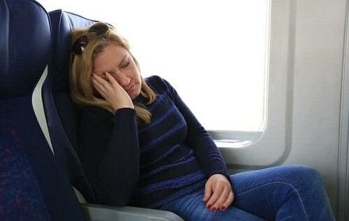 Mulher com sono por não ter dormido bem