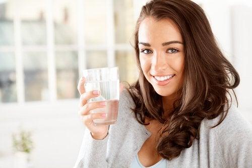 Beber água para evitar a boca seca