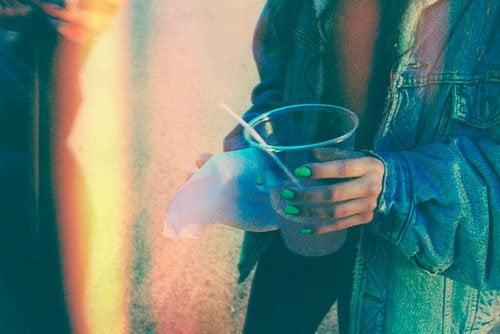 Pessoa passivo-agressiva segurando um copo