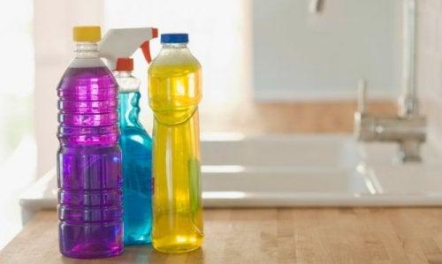 Não deve reutilizar as garrafas de plástico que já estiveram com produtos de limpeza