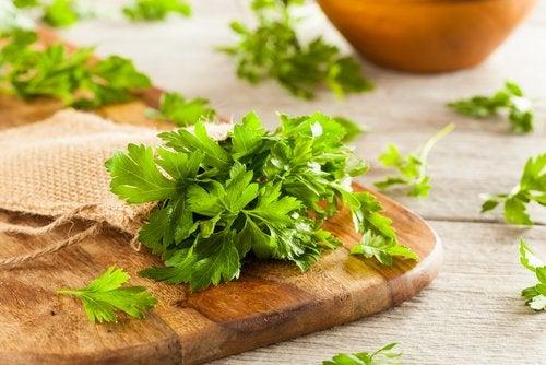 A salsa pode ajudar a combater piolhos e lêndeas