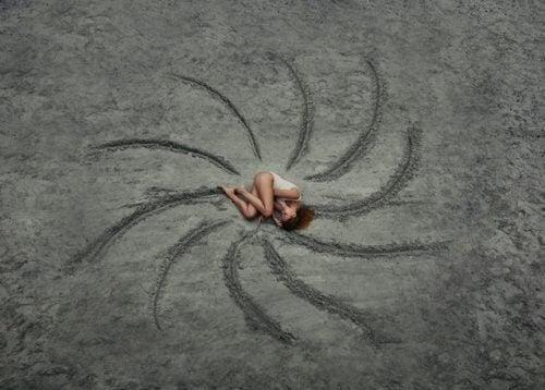 Mulher deitada no chão recebendo solidão