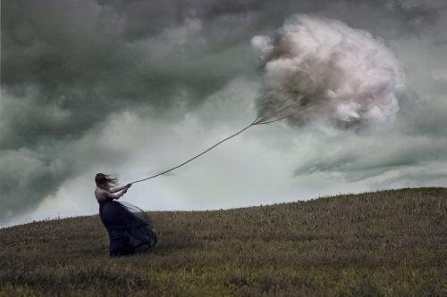 Mulher recebendo nuvens porque não deu coisas boas às pessoas