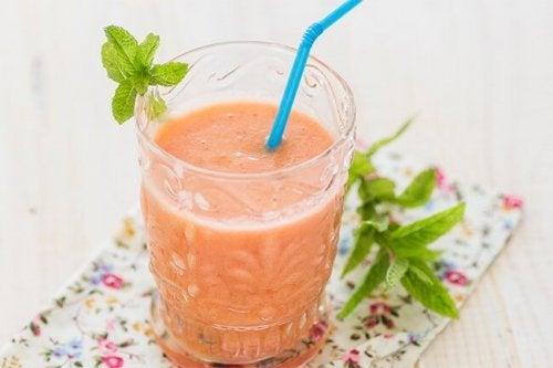 Suco de abacaxi e morango para desinflamar o abdômen