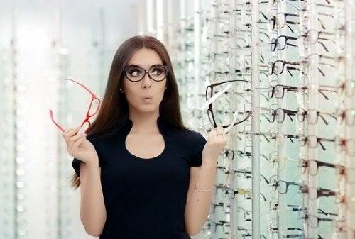 Mulher preocupada com a escolha dos óculos