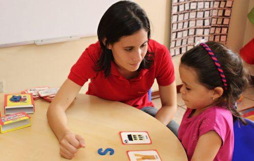 Professora com criança