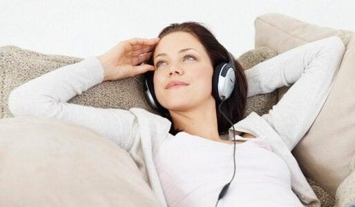 Mulher ouvindo música para melhorar seu autocontrole