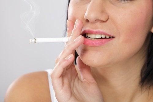Uma das crenças falsas sobre o cigarro é que não altera a cordos dentes