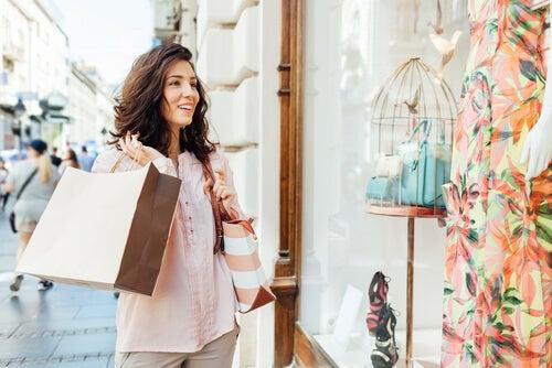 Mulher sem autocontrole pelas compras