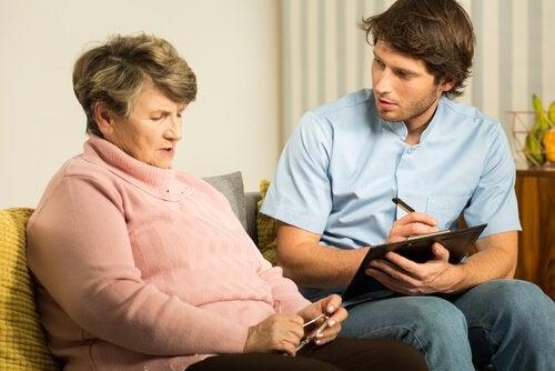 Mulher que refere ao psicologo um tipo de demência
