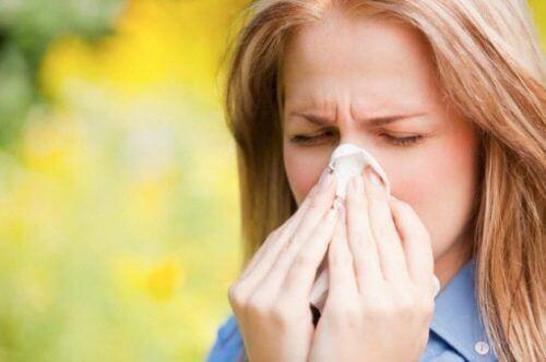 Mulher com alergia respiratória